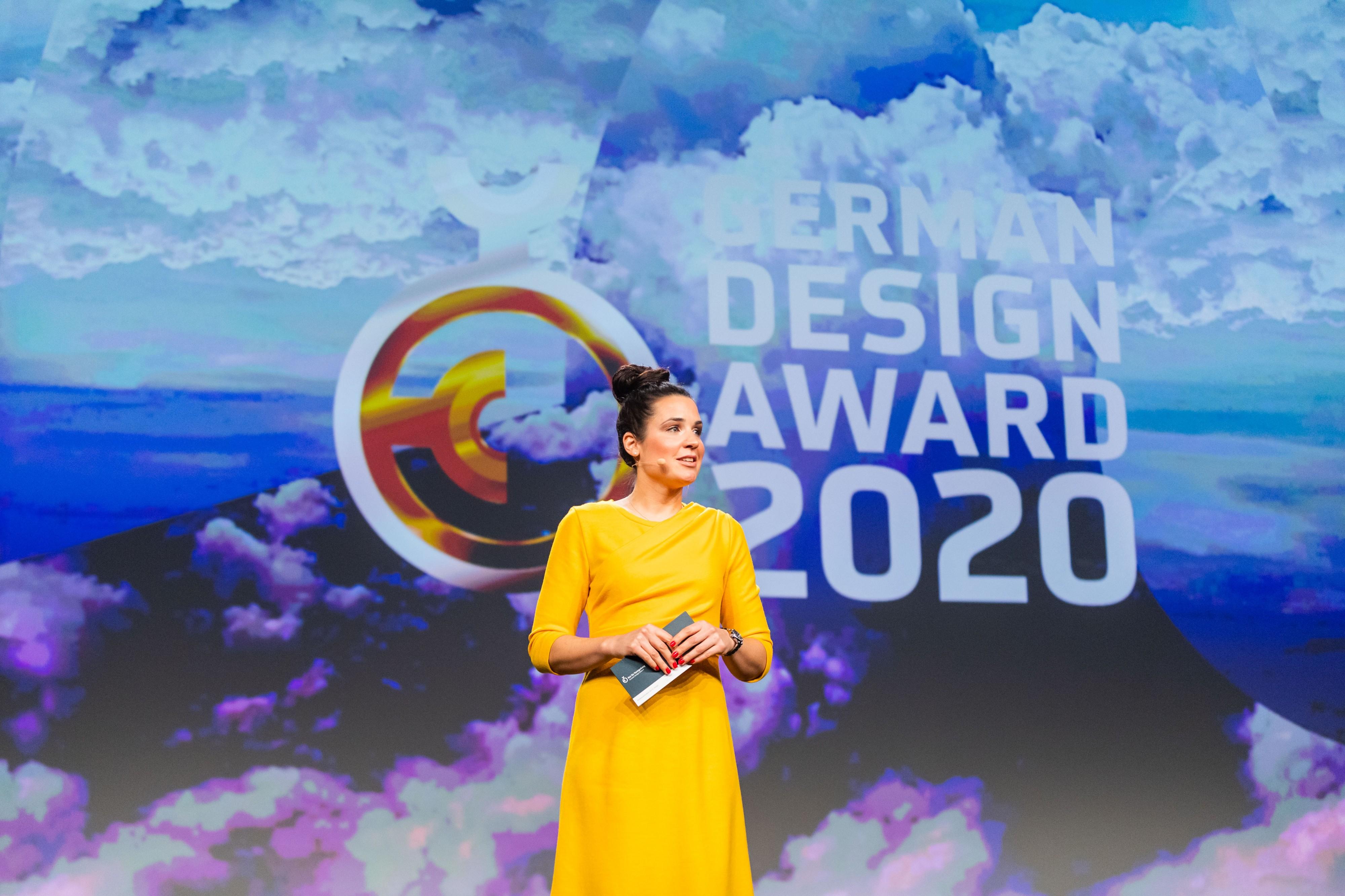 Moderatorin aus Frankfurt  auf der Bühne